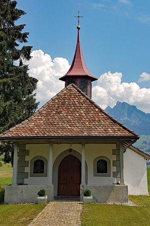 Wyler Kapelle, Ziehbrunnen und Holzbrücke